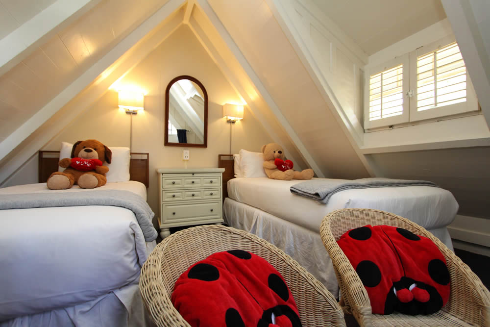 twin beds with teddy bears