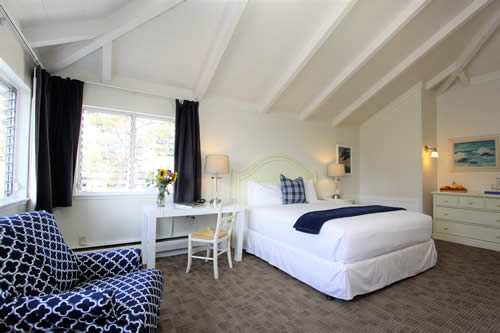 carmel boutique inn guestroom - bed, chairs and table